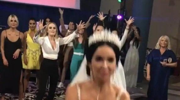 Милене Безбородовой достался букет невесты