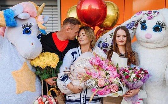 Родные помогают Ангелине Монах заботится о маленькой дочке