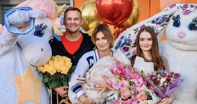 Супруги Меньщиковы показали поклонникам лицо малышки