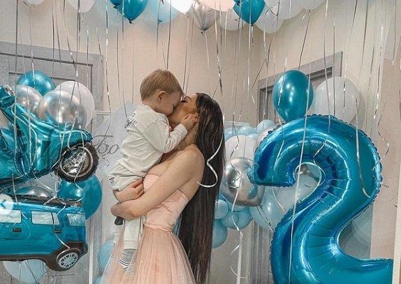 Алена Савкина привела на день рождения сына своего кавалера