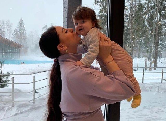 В сети обсуждают, что Ольга Рапунцель донашивает вещи сестры