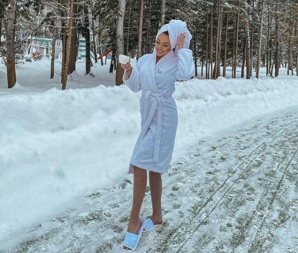 Алена Савкина в банном халате прогулялась по заснеженной трассе