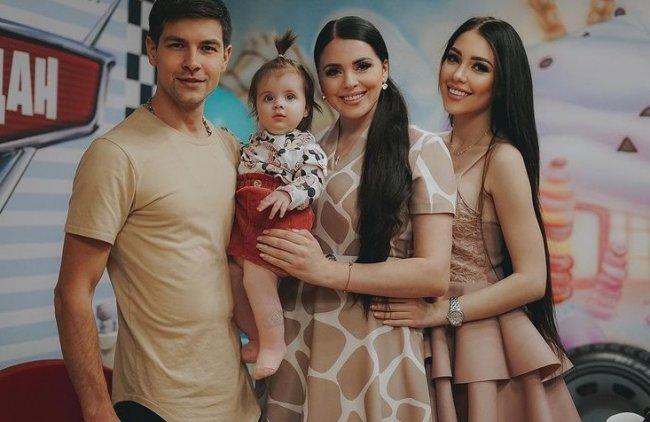 Дмитренко возмущен: поклонники требуют отдать одну квартиру Савкиной