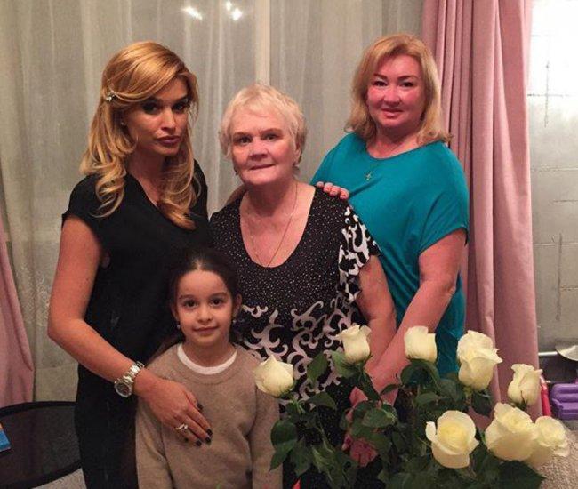 Почему Ксения Бородина не хочет забирать свою маму и бабушку к себе в загородный дом?