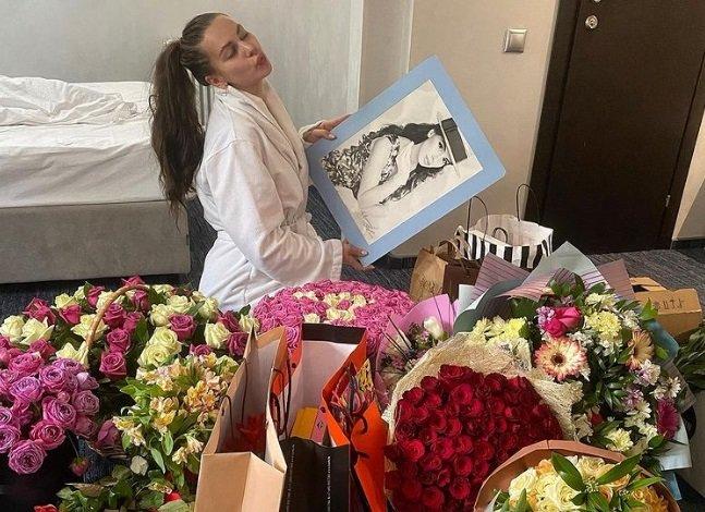 Саша Артемова устроила вампирскую вечеринку в честь своего дня рождения