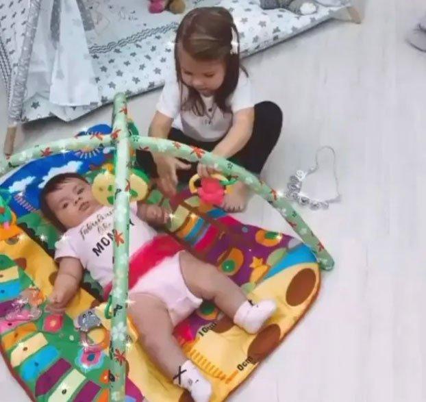 Василису Дмитренко родителя заставляют «любить» её младшую сестру Софию