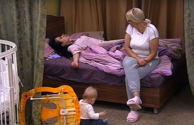 Маленький Богдан будет смотреть, как его мамаша, на койке «вверх тормашками» валяется