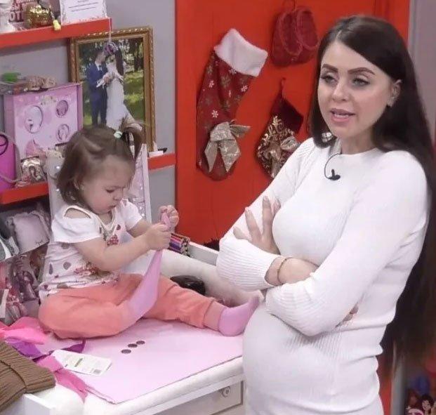 Ольга Рапунцель ежедневно дрессирует старшую дочь, как обезьянку, за кусок хлеба на камеру отыграть «любовь»