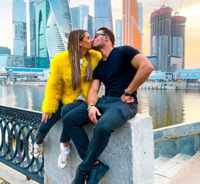 Майя Донцова подыгрывает мужу, хотя лицо у неё всегда унылое, понимает, что скоро конец