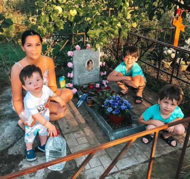 Юлия Салибекова с детьми посетила могилу своей мамы Валентины