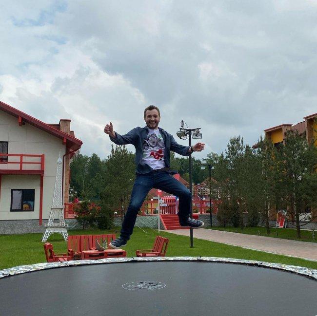 Влад Кадони как маленький ребенок радуется прыжкам на батуте