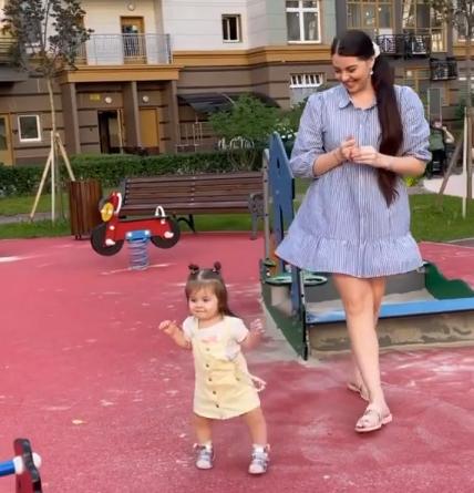Младшая дочка Дмитриенко сделала первые шаги