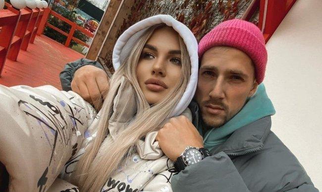 Беременную Аниту Кобелеву засыпали вопросами о свадьбе